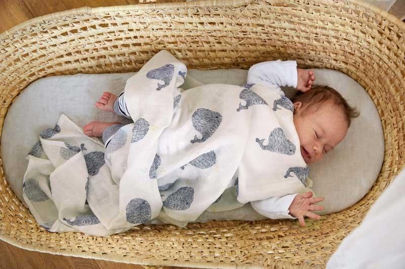 media/image/Fruehchenkleidung-neugeborenes-wiege.jpg